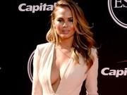 超模克莉茜性感低胸装亮相 挑战金-卡戴珊造型