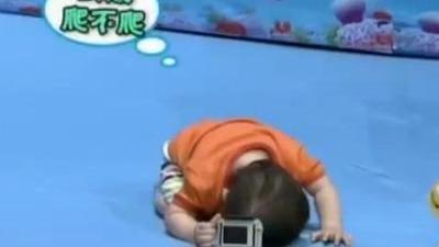 萌宝把头埋在地上 不忍心看爸爸落水