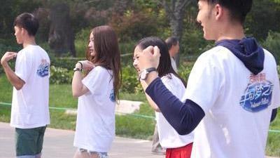 学员齐跳广场舞版小苹果 正太遭调侃水平不如大妈