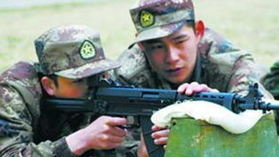 军旅生活不是容易体验的 俯卧撑不到二十太LOW