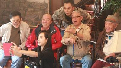 刘烨带四位爷爷穷游欧洲 宋茜素颜出场遭无视