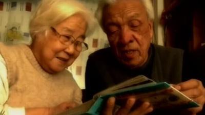 为失忆老伴找寻找爱的记忆 圆梦金婚温暖人心
