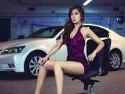 深V车模性感魅惑 紫色短裙藏不住迷人美腿