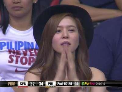 菲律宾美女现身看台 美艳娇羞频频抢镜