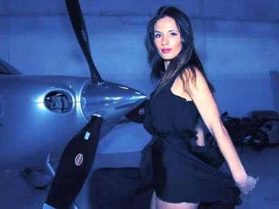 美女裙摆飞扬私人飞机旁宽衣解带