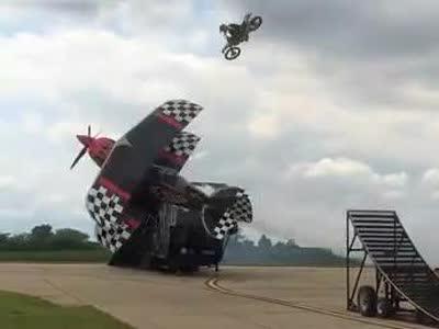 摩托车飞跃低空飞行的飞机