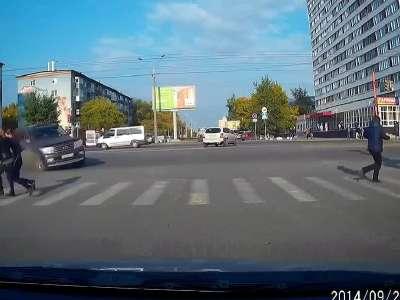 车祸就在眼前 美女过马路吓到腿软